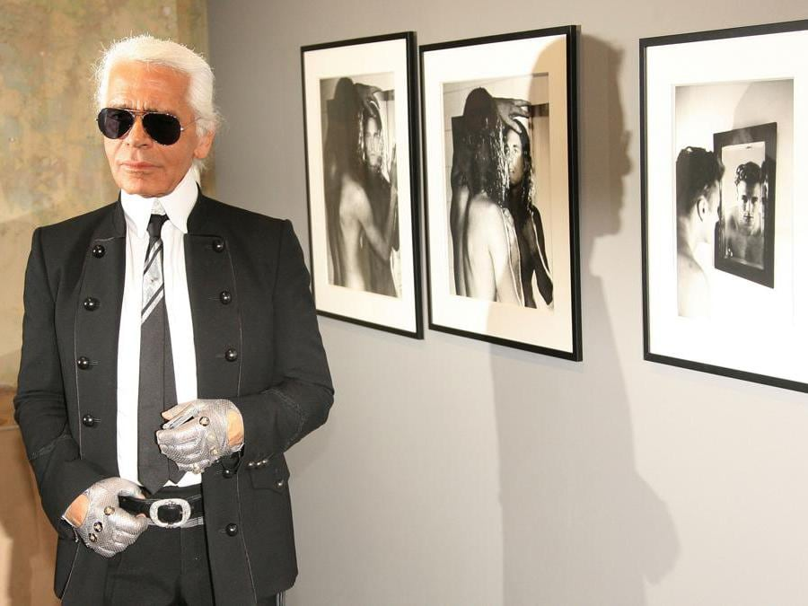 Karl Lagerfeld posa in una mostra di sue fotografie a  Berlino, 2006 (AFP PHOTO DDP)