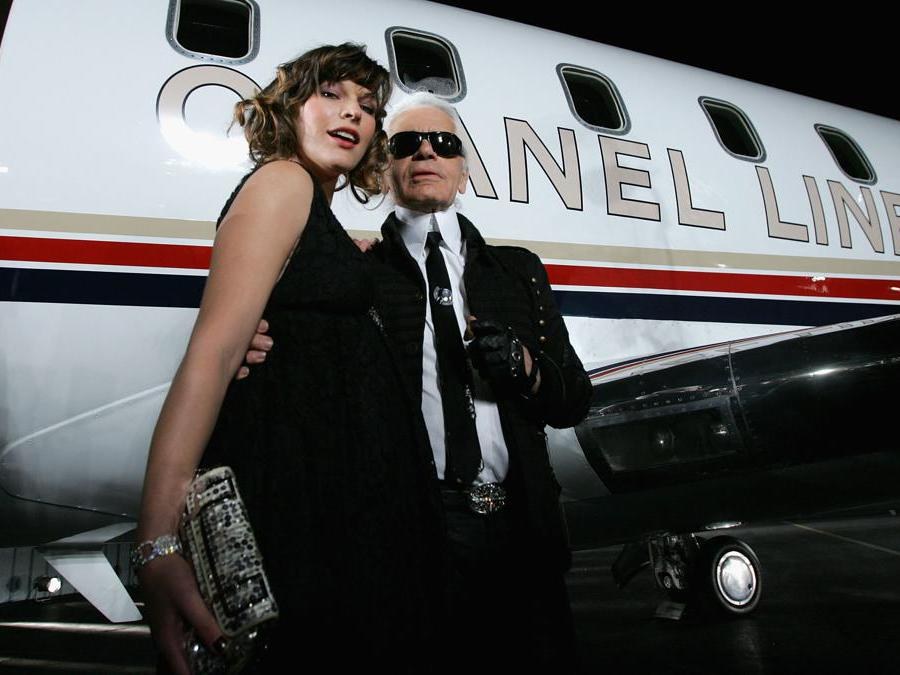 Con l'attrice Milla Jovovich a Santa Monica, California, 2007 (Photo by Mark Mainz/Getty Images for Chanel/AFP)