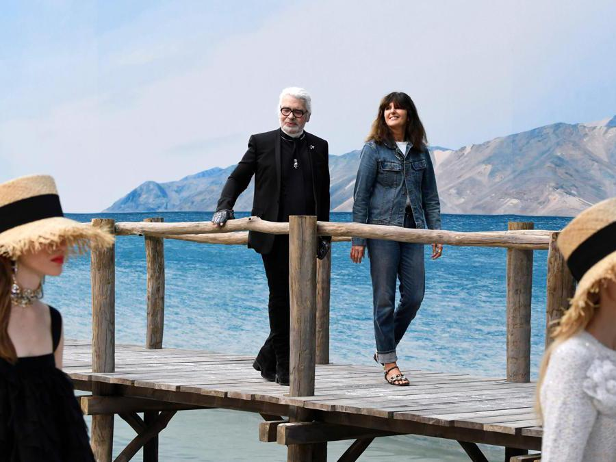 Karl Lagerfeld e Virginie Viard , 2 ottobre 2018. (Photo by Bertrand GUAY / AFP)