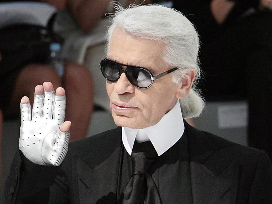 Karl Lagerfeld alla fine della collezione Haute Couture di Chanel Autunno-Inverno 2009 a Parigi il 1 ° luglio 2008. AFP PHOTO FRANCOIS GUILLOT (Photo by FRANCOIS GUILLOT / AFP)