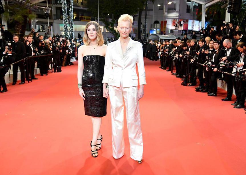 Tilda Swinton in Chanel con la figlia Honor