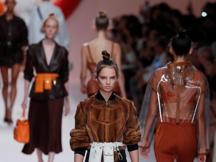 Fendi, logomania, pelle e trasparenze per  la primavera-estate 2019