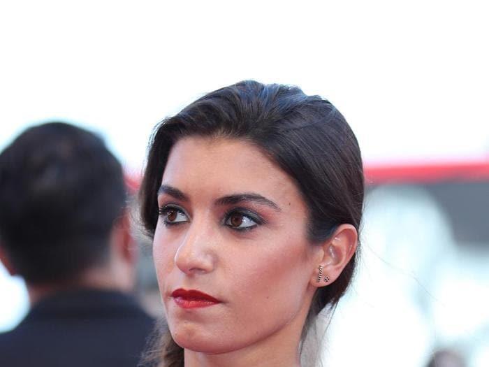 Labbra e sguardo intensi sul red carpet della Mostra del cinema di Venezia