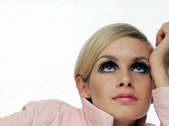Occhi in primo piano e capelli cotonati per un look effetto Sixties