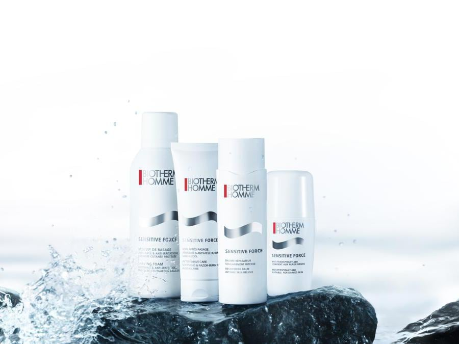 Biotherm Homme Sensitive Force, una linea con 4 prodotti: Shaving Foam, After-Shave Care, Recovering Balm che accelera il processo di riparazione della pelle e Anti-Perspirant 48H. Tutte le formule contengono il Life PlanktonTM dalle proprietà lenitive.