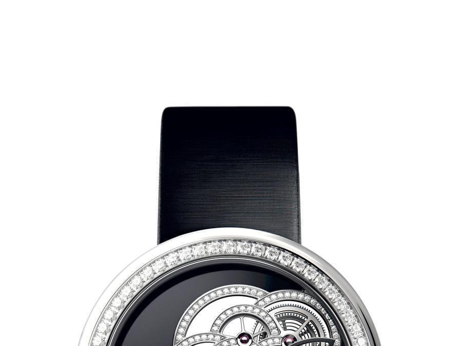 ChanelIl Calibro 2.1 che anima il Mademoiselle Prive Camelia Scheletrato è ospitato all'interno di una cassa in oro bianco di 37,5 mm. Platina superiore ausiliaria nera in onice e camelia scheletrata in oro bianco 18 carati con 185 diamanti taglio brillante. Prezzo: 90 mila euro