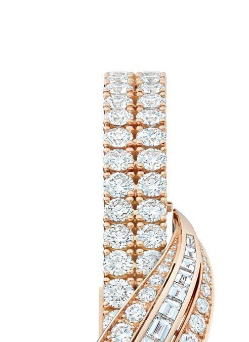 Jaeger-LeCoultreCon i suoi 14 mm di lunghezza, 4,8 mm di larghezza e appena 3,4 mm di spessore il calibro 101 è oggi il movimento più piccolo del mondo. Custodito all'interno del 101 Feuille un orologio gioiello sul quale sono incastonati 167 diamanti pavé. Prezzo: 266 mila euro
