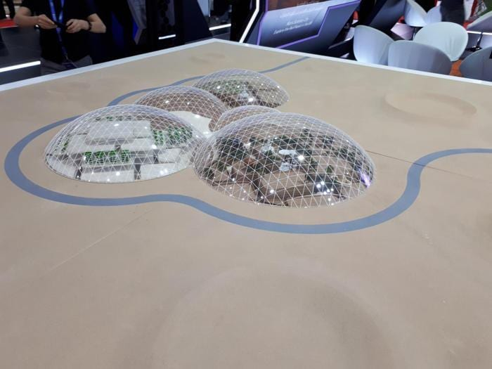 A Dubai va in scena la «Città del futuro»: droni, colonie spaziali e vigili del fuoco in Chevrolet
