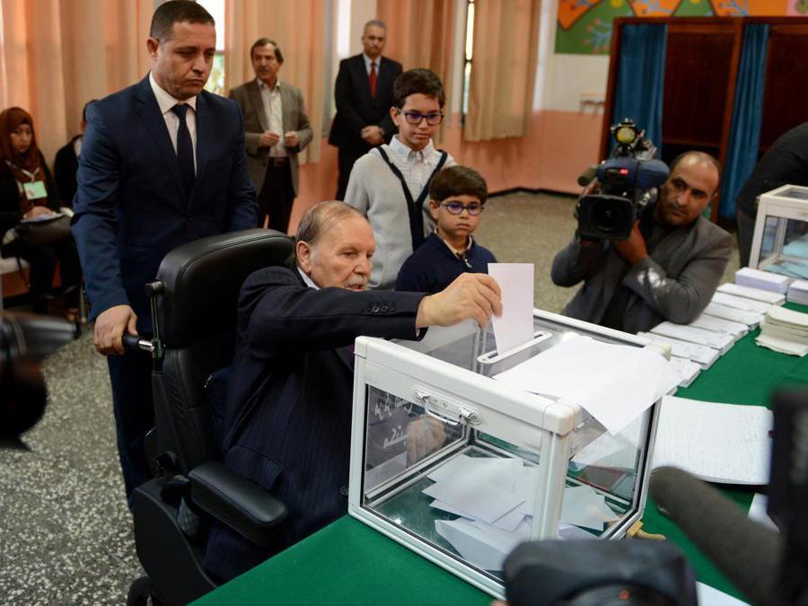 Il presidente dell'Algeria Abdelaziz Bouteflika  vota durante le elezioni locali presso un seggio elettorale di Algeri, in Algeria, 23 novembre 2017. (Reuters/Ramzi Boudina)