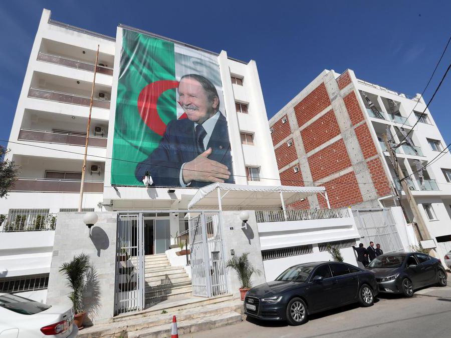 Un  cartellone raffigurante il presidente algerino Abdelaziz Bouteflika ad Algeri, in Algeria. Bouteflika è tornato in Algeria il 10 marzo dopo essere stato ricoverato in Svizzera per due settimane. (Epa/Mohamed Messara)