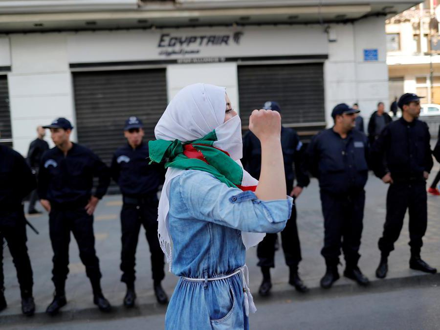 Uno studente protesta contro il presidente dell'Algeria Abdelaziz Bouteflika ad Algeri  (Reuters/Zohra Bensemra)