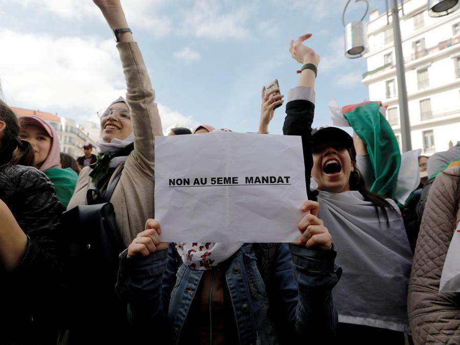 La protesta degli studenti ad Algeri contro il presidente  Abdelaziz Bouteflika, (Reuters/Zohra Bensemra)