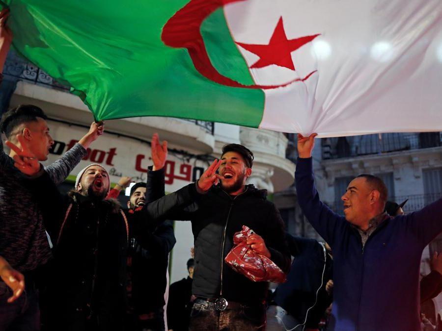 Cittadini di Algeri celebrano per le strade dopo che il presidente Abdelaziz Bouteflika ha annunciato che non correrà per un quinto mandato (Reuters/Zohra Bensemra)