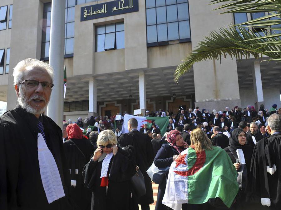 Gli avvocati algerini si riuniscono fuori dal tribunale di Algeri (Ap Photo/Fateh Guidoum)