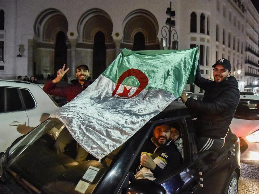 Festa per le strade di Algeri dopo l'annuncio del ritiro del presidente Abdelaziz Bouteflika  a un quinto mandato (Afp/Ryad Kramdi)