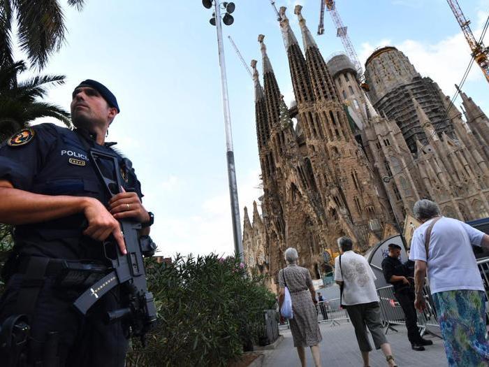 Barcellona si ferma per commemorare le vittime degli attentati