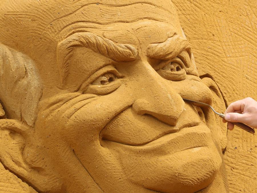 """Una scultura raffigurante l'attore francese Louis de Funes, durante il festival di sculture di sabbia """"Dreams"""" a Ostenda, in Belgio. REUTERS/Yves Herman"""