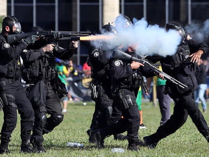 Brasile, assalto ai ministeri. Il presidente mobilita l'esercito