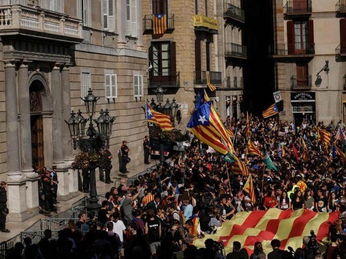 Caos Catalogna, la folla in piazza chiede l'indipendenza