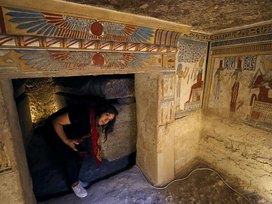 Turista  circondato da dipinti all'interno del sito di sepoltura appena scoperto, la tomba di Tutu, ad al-Dayabat, Sohag, in Egitto. (Reuters/Mohamed Abd El Ghany)