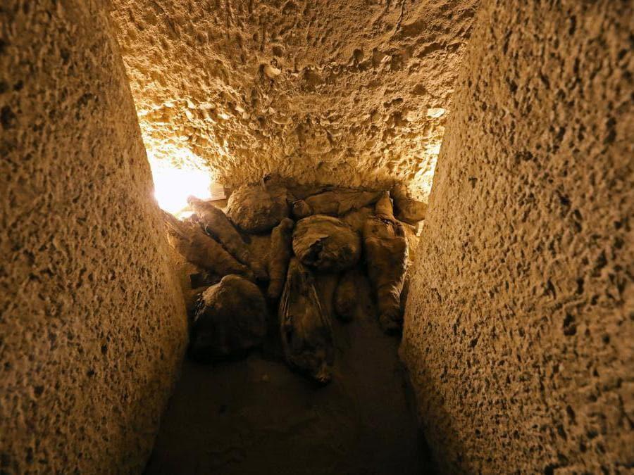 Falchi mummificati e altre specie di uccelli  all'interno del sito di sepoltura appena scoperto, la Tomba di Tutu, ad al-Dayabat, Sohag, in Egitto (Reuters/Mohamed Abd El Ghany)