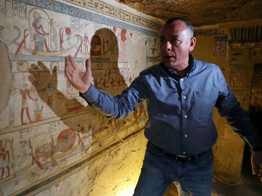 Il Segretario Generale del Supremo Consiglio delle Antichità, Mostafa Waziri,  spiega i dipinti sui muri del sito di sepoltura appena scoperto, la Tomba di Tutu, ad al-Dayabat, Sohag, Egitto. (Reuters/Mohamed Abd El Ghany)