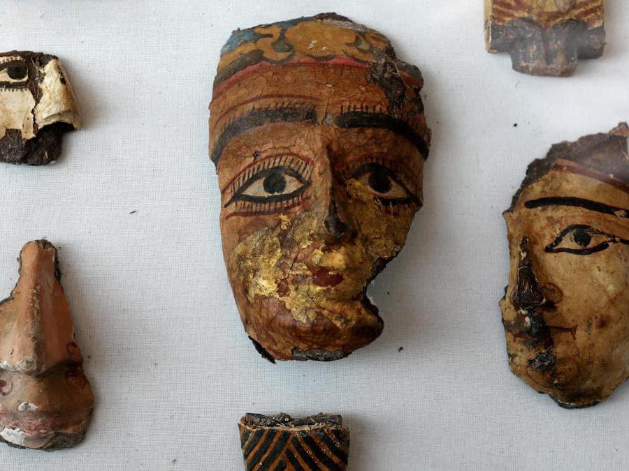 Antichi volti decorativi esposti nel sito di sepoltura appena scoperto, la Tomba di Tutu, ad Al-Dayabat, Sohag, Egitto. (Reuters/Mohamed Abd El Ghany)