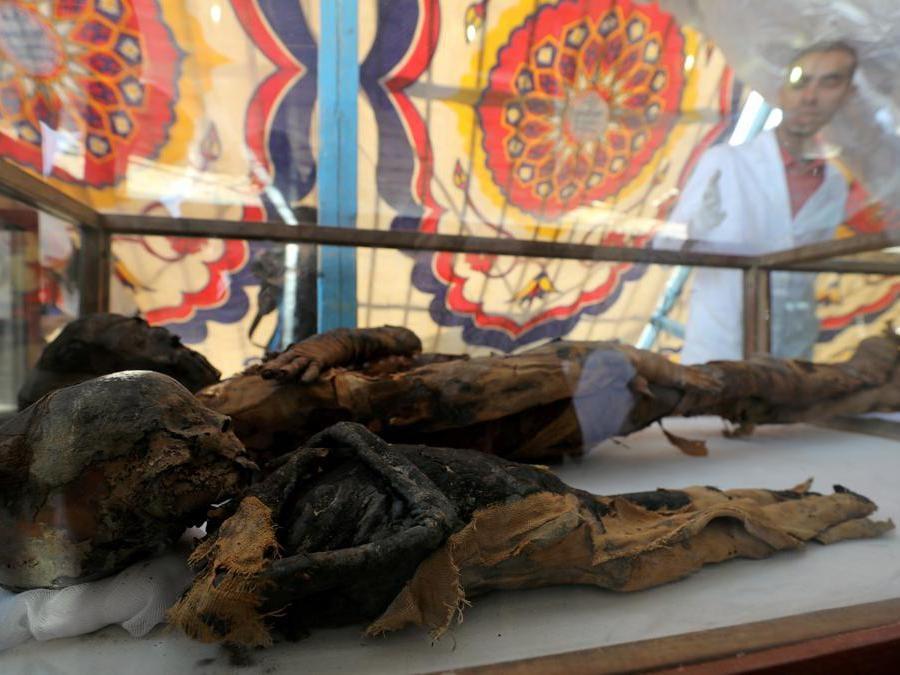 Due mummie, una donna e un bambino, sono esposte al sito di sepoltura appena scoperto, la tomba di Tutu, ad al-Dayabat, Sohag, Egitto. (Reuters/Mohamed Abd El Ghany)