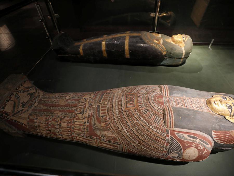 Due sarcofagi faraonici  in mostra al Sohag National Museum (Reuters/Mohamed Abd El Ghany)