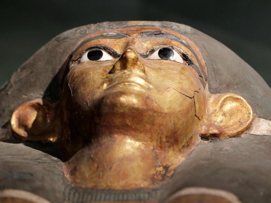 Sarcofago faraonico dipinto in oro esposto al Sohag National Museum (Reuters/Mohamed Abd El Ghany)