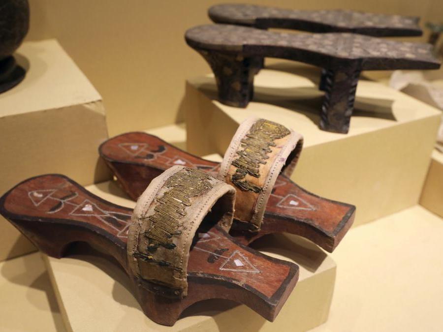 Un paio di calzature faraoniche in mostra al Sohag National Museum.  (Reuters/Mohamed Abd El Ghany)