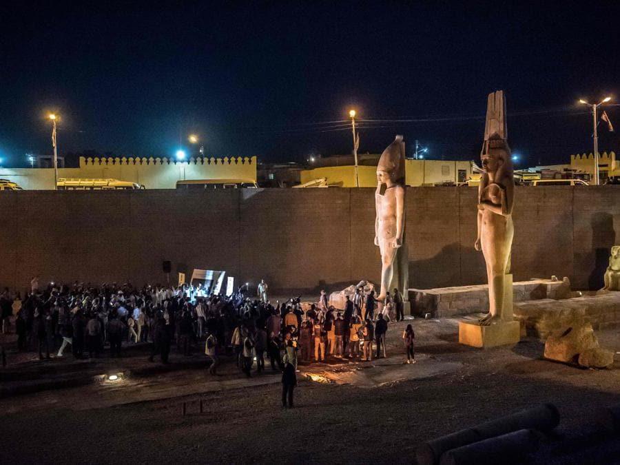 Media e diplomatici del Cairo partecipano ad una cerimonia organizzata dal Ministero delle Antichità egiziano per presentare il colosso del re Ramses II dopo il suo restauro e la sua ricostruzione, ad Akhmim, nel governatorato di Sohag. (Photo by Khaled DESOUKI / AFP)