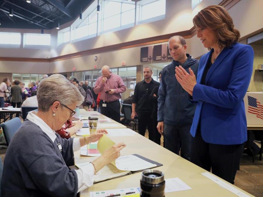 La candidata Democratica Cindy Axne. (REUTERS/Scott Morgan)
