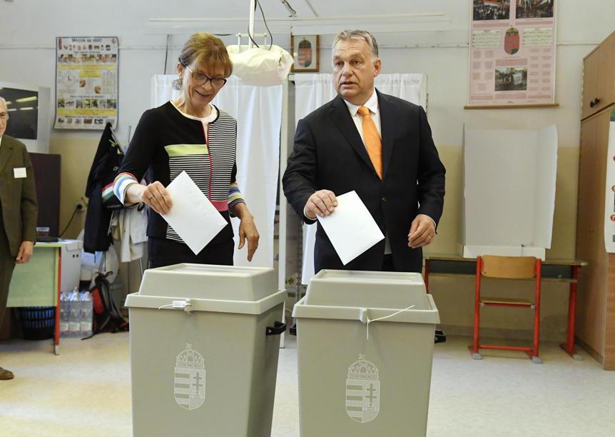 Il primo ministro Viktor Orban  e sua moglie Aniko Levai (Szilard Koszticsak/Epa)