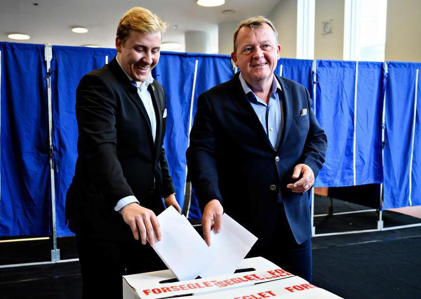 Il primo ministro danese Lars Loekke Rasmussen e suo figlio Bergur (Afp/Philip Davali / Ritzau Scanpix)