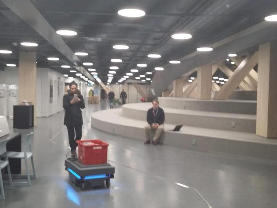 I carrelli robot che trasportano i libri