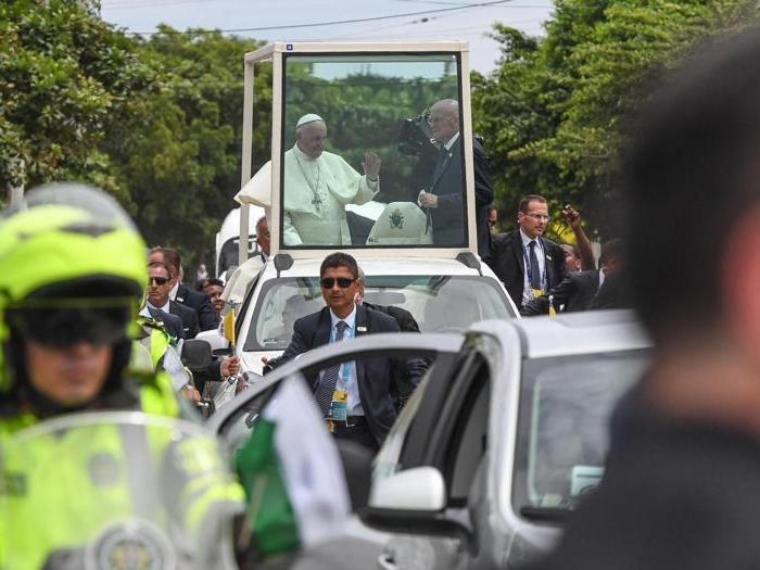 Francesco  in Colombia, ferita al volto sulla Papamobile