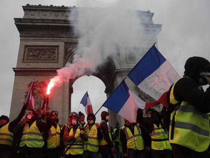 Gilet gialli, il sabato di guerriglia a Parigi: oltre 130 feriti