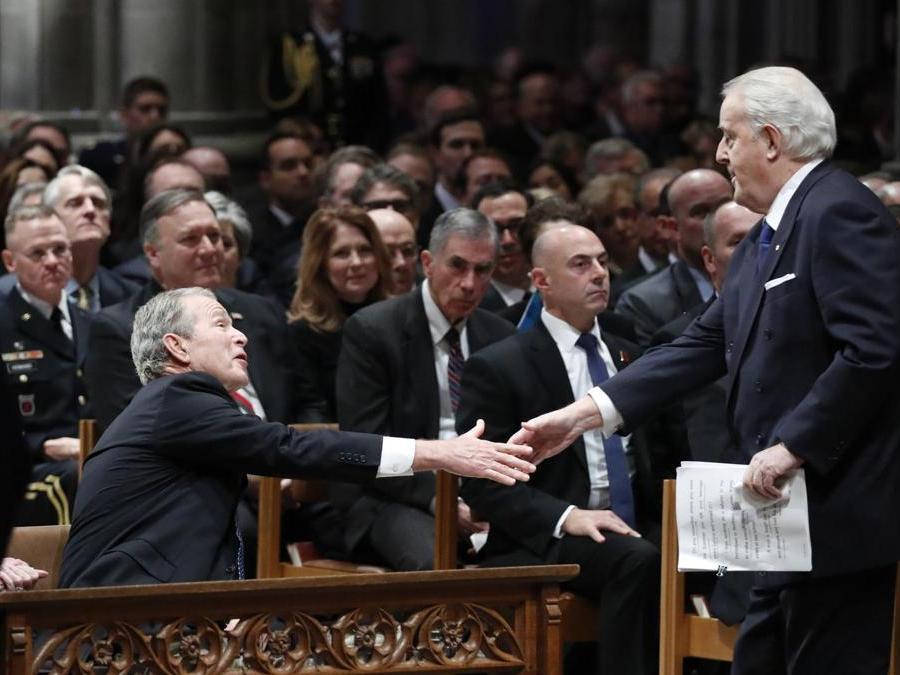 Il Primo Ministro canadese  Brian Mulroneystringe la mano  al Presidente George W. Bush  (AP Photo/Alex Brandon, Pool)