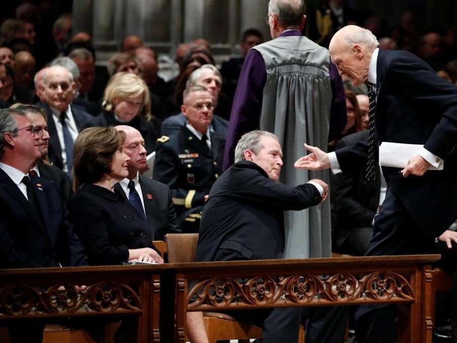 Il presidente George W. Bush stringe la mano al Senatore. Alan Simpson, R-Wyo, a Alex Brandon/Pool via REUTERS