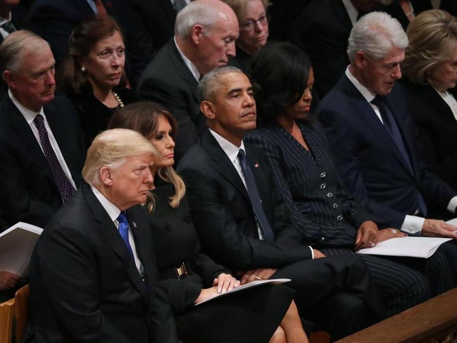 Il Presidente   Donald Trump e la  first lady Melania Trump,  Barack Obama, Michelle Obama,  President Bill Clinton, Hillary Clinton,Dan Quayle, Marilyn Quayle, fDick Cheney, e Lynne Cheney . Chip Somodevilla/Getty Images/AFP