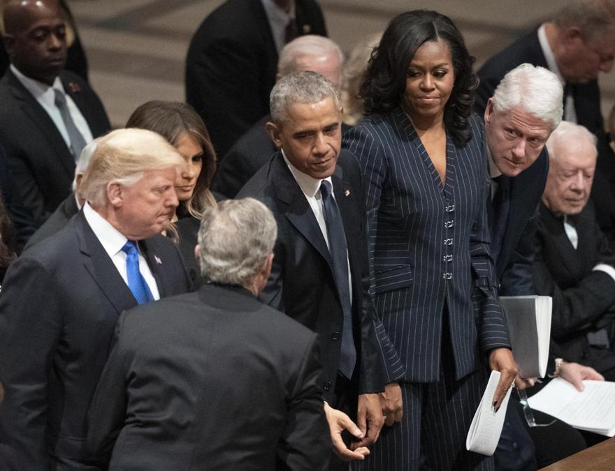 Il Presidente  George W. Bush ringrazia il Presidente  Donald Trump, la first lady Melania Trump, Barack Obama, Michelle Obama, Bill Clinton, fil Segretario di Stato Hillary Clinton,e Jimmy Carter (AP Photo/Carolyn Kaster)