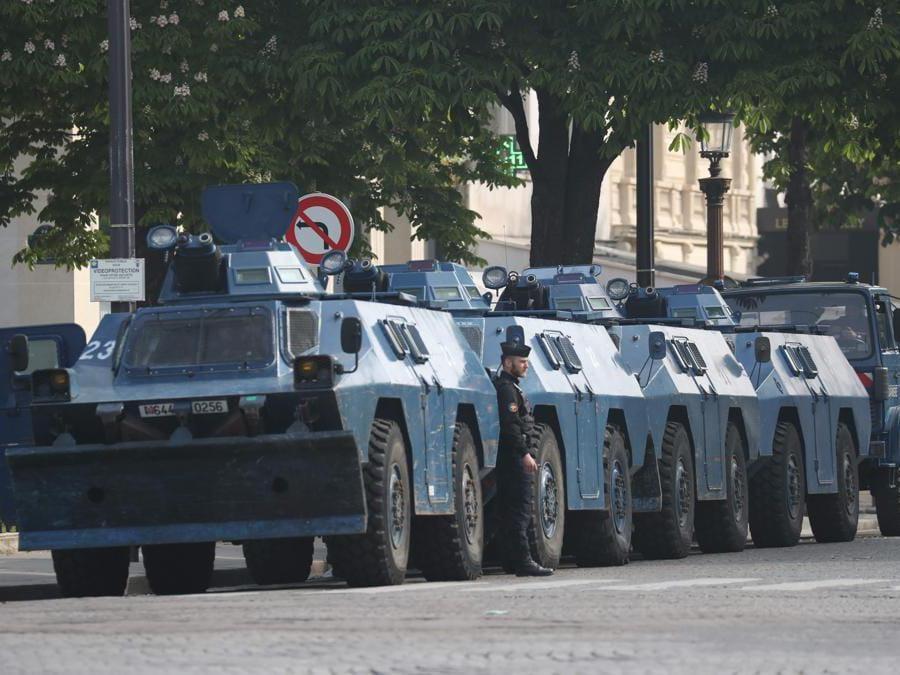 I veicoli blindati della polizia fiancheggiano la strada prima dell'inizio delle manifestazioni del Primo Maggio, nella capitale francese, Parigi . (Photo by KENZO TRIBOUILLARD / AFP)