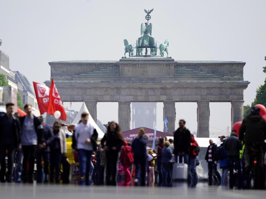 Le persone partecipano a un festival dei sindacati di fronte alla Porta di Brandeburgo in occasione del Primo Maggio a Berlino, in Germania. EPA/ALEXANDER BECHER