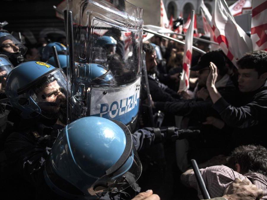 La polizia anti-sommossa si scontra con i manifestanti di No Tav  a Torino durante uno dei numerosi raduni contro la disoccupazione in Italia che segna il Primo Maggio . (Photo by MARCO BERTORELLO / AFP)