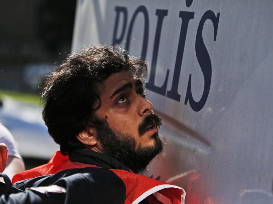 Un manifestante viene arrestato da agenti di polizia turchi durante le proteste del primo maggio a Istanbul. La polizia di Istanbul ha arrestato diversi manifestanti che hanno tentato di marciare verso la simbolica Piazza Taksim di Istanbul in spregio del governo, citando problemi di sicurezza. (AP Photo/Lefteris Pitarakis)