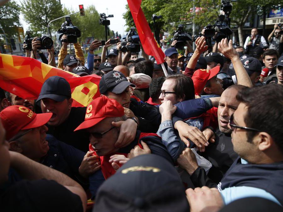 Manifestazione del primo maggio a Istanbul. La polizia di Istanbul ha arrestato diversi manifestanti che hanno tentato di marciare verso la simbolica Piazza Taksim di Istanbul in spregio del governo, citando problemi di sicurezza. (AP Photo/Lefteris Pitarakis)