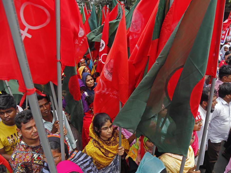 Diversi membri delle organizzazioni dei lavoratori prendono parte a una manifestazione per la Giornata internazionale dei lavoratori a Dhaka, Bangladesh. EPA/MONIRUL ALAM