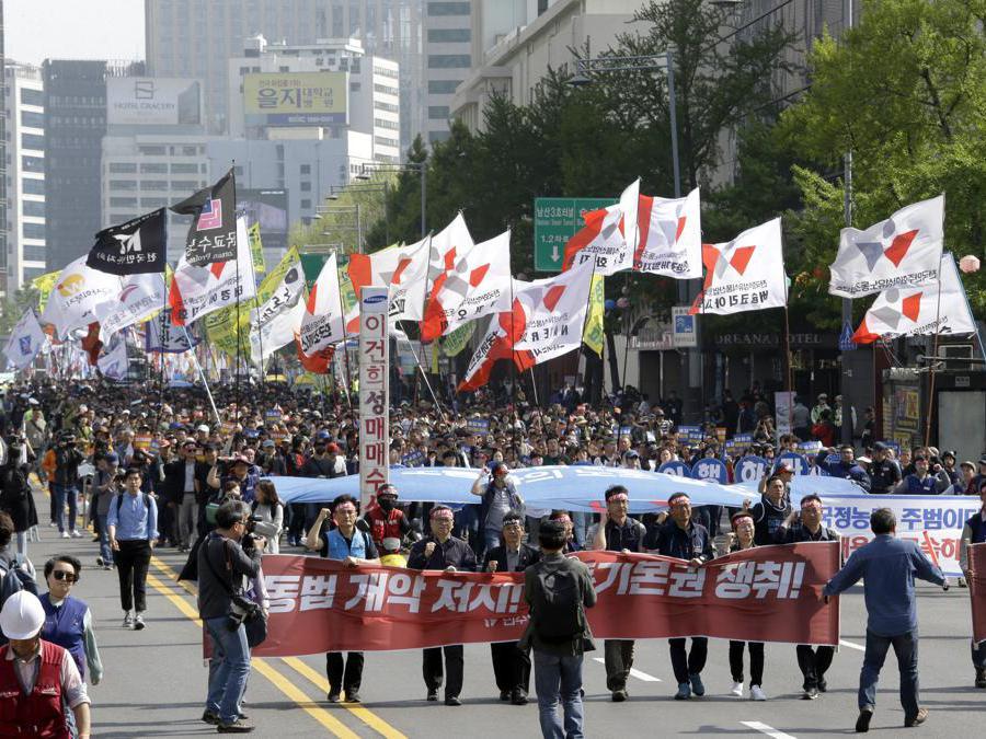 Membri della Confederazione dei sindacati coreani marciano durante un raduno del Primo Maggio a Seoul, Corea del Sud. (AP Photo/Ahn Young-joon)