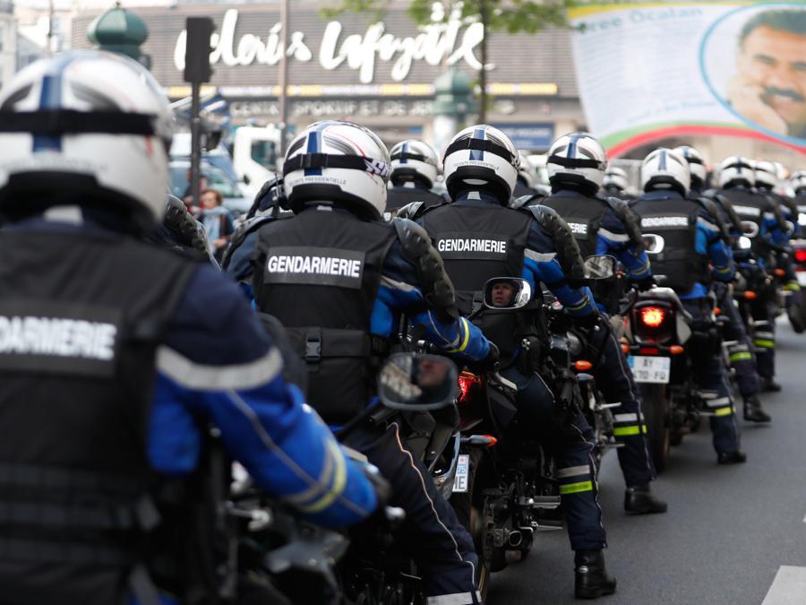 La polizia francese si riunisce nel distretto di Montparnasse nella capitale francese prima dell'inizio delle manifestazioni del Primo Maggio, a Parigi.  (Photo by Zakaria ABDELKAFI / AFP)